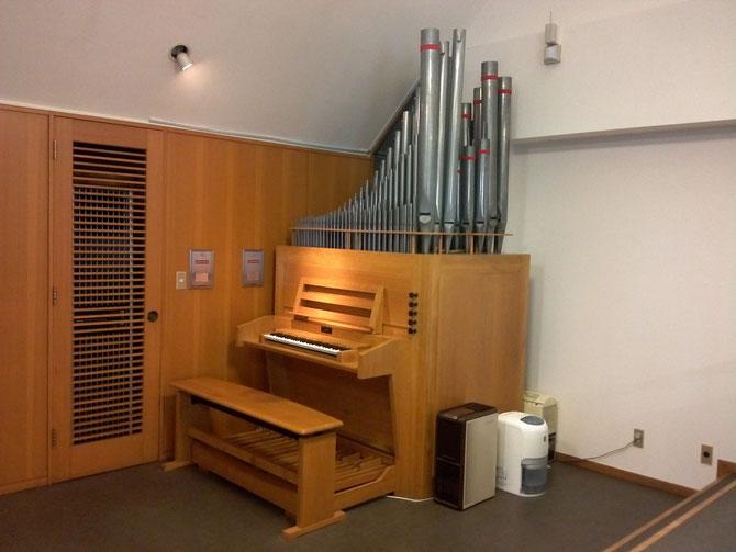 礼拝堂のパイプオルガン