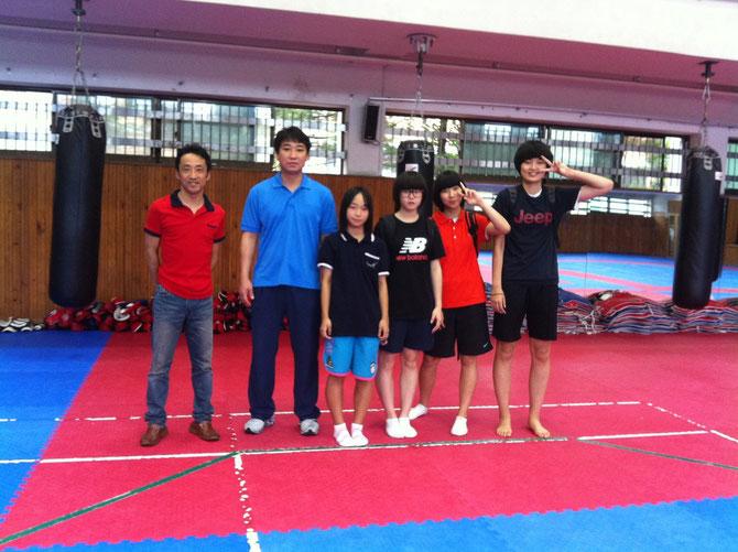 富川情報産業高校テコンドー部コーチ チ・グァンヒョン先生と韓国ジュニア代表選手