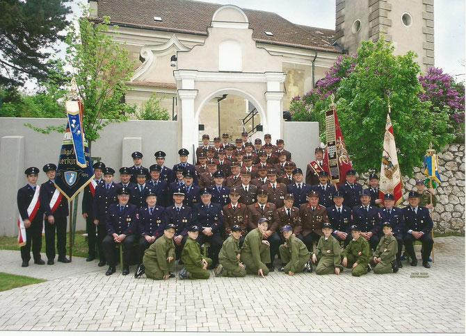 Gruppenfoto anläßlich der Fahnenweihe 2005