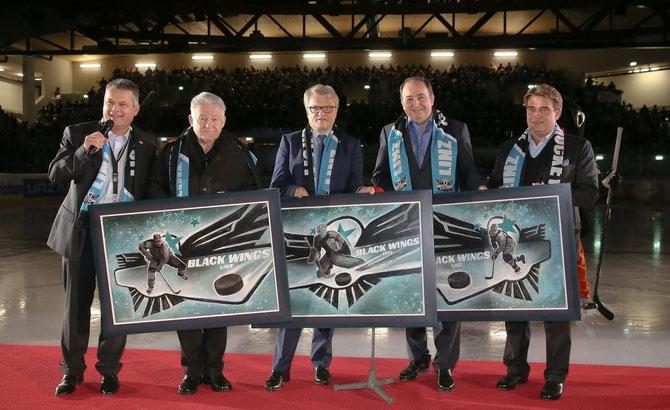 Anlässlich der Feierlichkeiten am 16.11.2014 in der neu eröffneten Keine-Sorgen-Arena, hatte ich die Ehre drei Werke im Auftrag der Black Wings zu malen, die an Landeshauptmann Josef Pühringer, Bürgermeister Klaus Luger und Erich Haider von der Linz AG übergeben wurden.