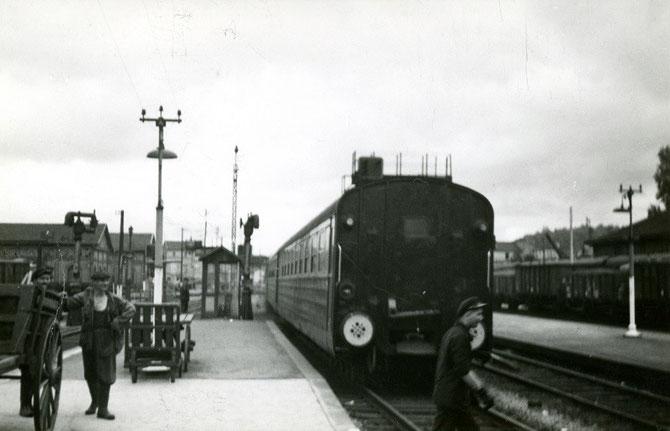 Le 23 juin 1951, le rapide n° 1,a ssuré avec une rame sur pneus, quitte la gare de Bar-le-Duc, en direction de Strasbourg. Cliché Jacques BAZIN