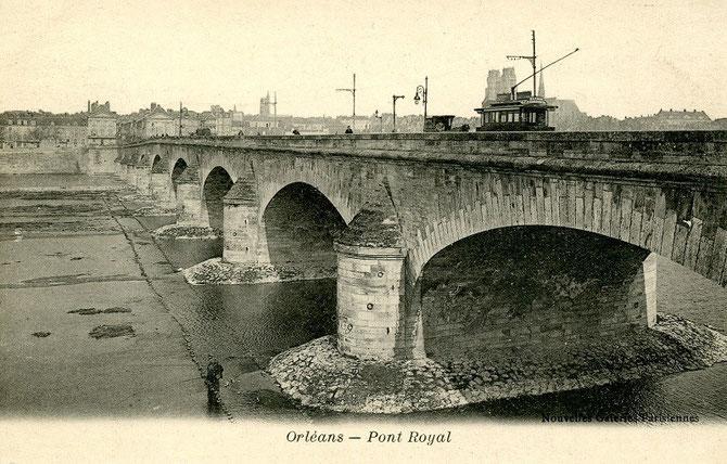 Sur fond de cathédrale, traversée de la Loire sur le Pont Royal (aujourd'hui pont George V), également emprunté au XXIème siècle par les tramways modernes
