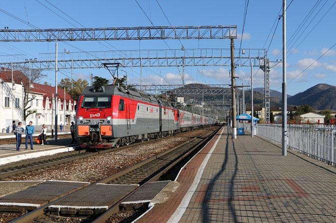 Vu en gare de Tuapse, le train 353E relie Perm dans l'Oural à Adler, au bord de la Mer Noire, via Yekaterinburg, Rostov-sur-le-Don, Krasnodar et Sochi. Un billet peut facilement être réservé via Discovery Trains. Cliché Pierre BAZIN, 21 octobre 2013.