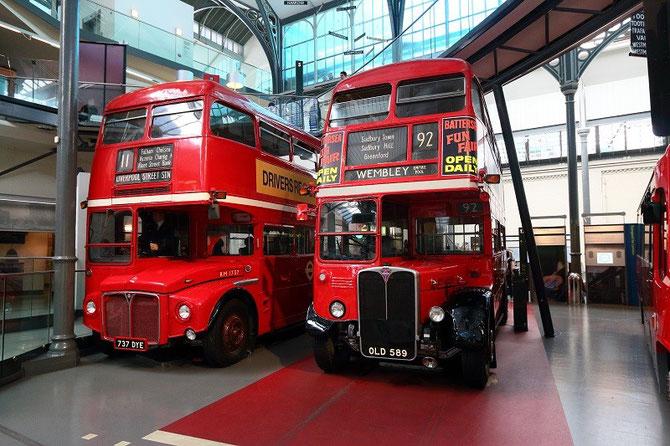 Autobus londoniens RT de 1954 et Routemaster de 1963