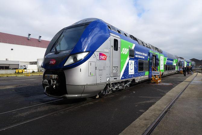 Le 17 octobre 2017, la 100ème rame Regio2N, vue ici à l'extérieur de l'usine Bombardier de Crespin, a officiellement été livrée à la région Hauts-de-France