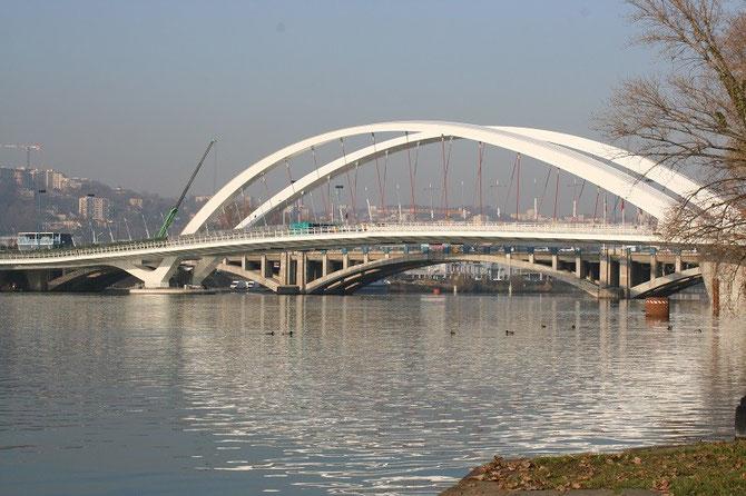 Le nouveau pont Raymond Barre permet au T1 de franchir le Rhône. Cliché Alain Cribier, 11 décembre 2013