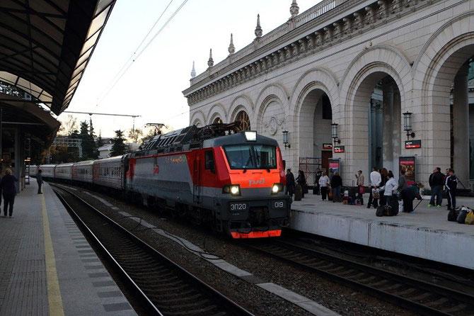 Arrivée en gare de Sochi de la toute nouvelle locomotive EP20 n° 019, assurant le train 102 Adler - Moscou. 21 octobre 2013. Cliché Pierre BAZIN