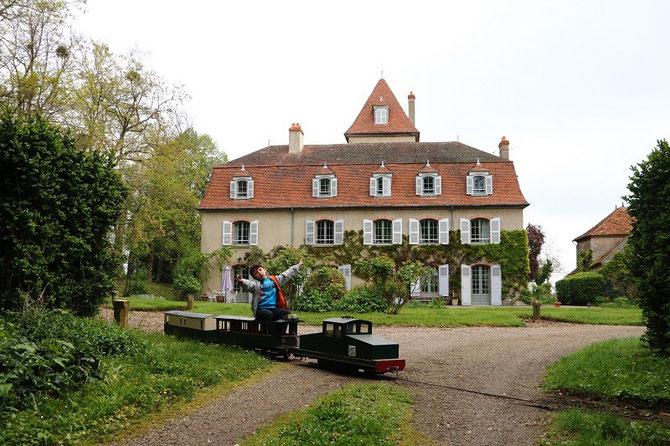 """Le château de l'Ormet et le """"Jarditram""""."""