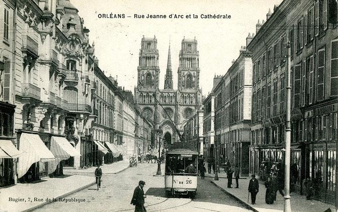 Dominé par la cathédrale Sainte-Croix, un tramway vient de quitter la rue Royale pour emprunter la rue Jeanne d'Arc en direction de Saint-Loup