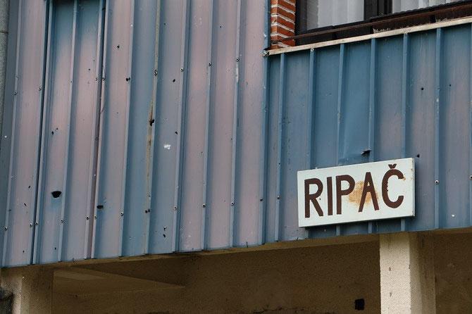 Traces d'impacts de balles sur le bâtiment de la gare de Ripać, située dans la région de la Krajina, où se sont déroulés de sanglants combats lors de la guerre de 1992-1995. Photo Pierre BAZIN