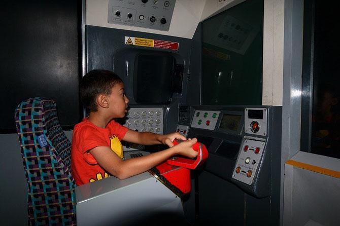 A l'image du jeune Yannis, les simulateurs de conduite du métro ont toujours beaucoup de succès auprès des enfants. Photo Pierre BAZIN