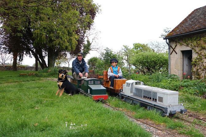 En avril 2014, le chien Arlequin pose pour la postérité devant la boîte à sel et la BB 63000 du Jarditram, tandis que les conducteurs arborent fièrement leurs casquettes de parfaits cheminots !