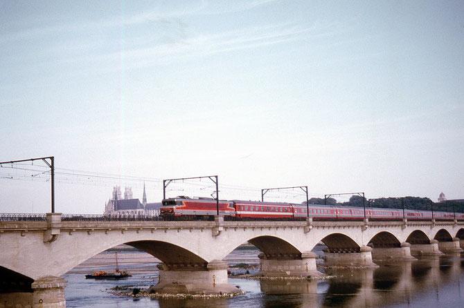 Le Capitole. Trans Europ Express 75. Orléans, pont de Vierzon. Cliché Jacques Bazin. 1971