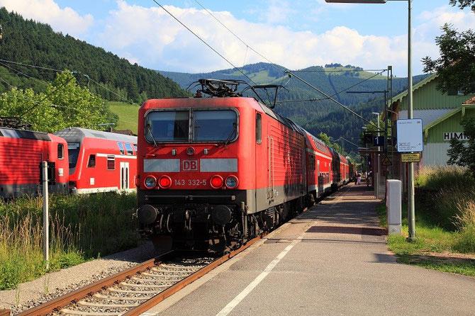 Montant de Freiburg-im-Breisgau à Neustadt avec le train RB 31611, la 143-332 marque l'arrêt en gare de Himmelreich où elle croise une rame de sens contraire. Cliché Pierre BAZIN