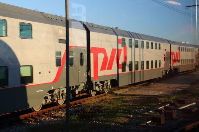 """Le 21 octobre 2013, 10 jours avant leur mise en service, les nouvelles voitures à deux niveaux destinées aux trains """"drapeaux"""" Moscou - Sochi ont été surprises dans les garages d'Adler. Cliché Pierre BAZIN"""