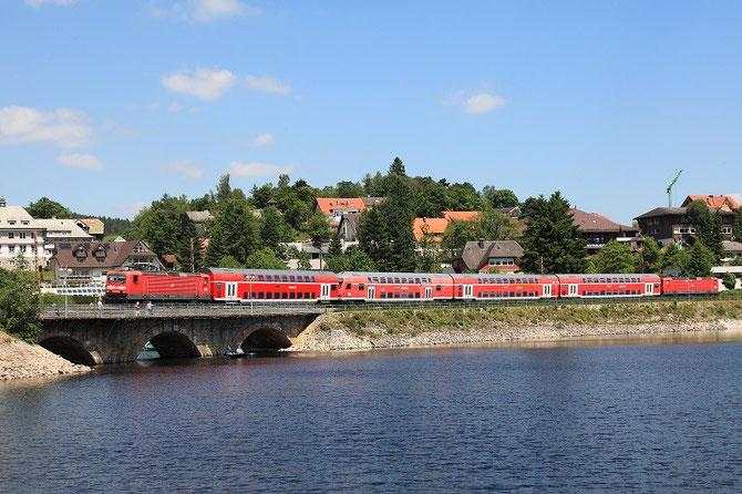 Encadrant une rame de voitures à deux niveaux, deux locomotives 143 passent à Schluchsee avec le train régional RB 31602 Seebrugg - Freiburg-im-Breisgau. Cliché Pierre BAZIN