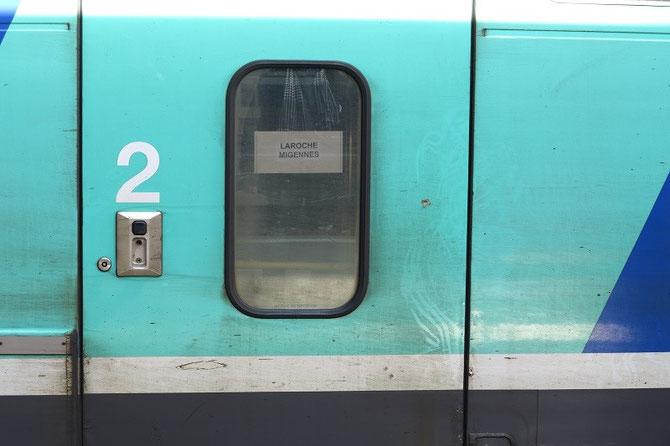 """Sur les portes, de simples étiquettes """"Laroche-Migennes"""" ont été collées pour informer les voyageurs. Cliché Pierre BAZIN"""