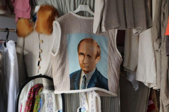 Humour russe dans une boutique de souvenirs du front de mer avec ce tee-shirt moletonné à l'effigie d'un Vladimir Poutine toujours très souriant... Cliché Pierre BAZIN