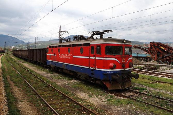 Locomotive bosniaque n°441-405 et tombereaux à charbon en gare de Kakanj