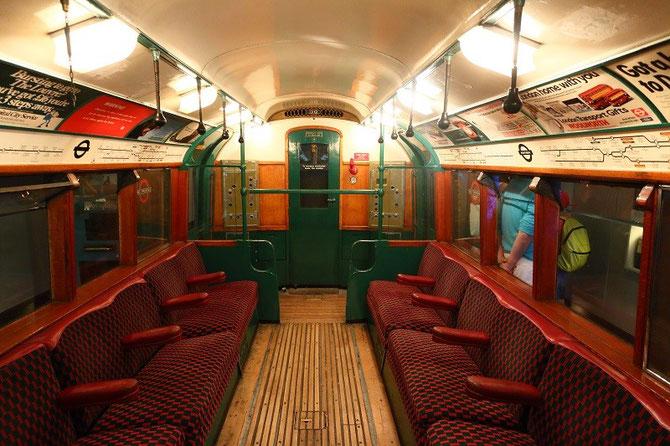"""Intérieur voiture de métro londonien """"Tube"""" de 1938. London Transport Museum"""