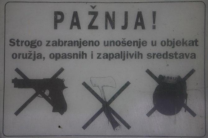 En gare de Martin Brod, plaque rappelant que certains objets, quelques peu particuliers, ne sont pas admis à bord des trains. Photo Pierre BAZIN