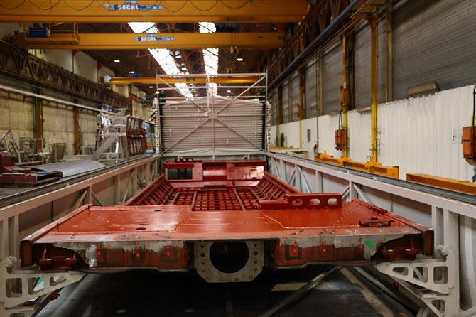A l'atelier de chaudronnerie, un châssis attends d'etre soudé aux autres éléments constitutifs d'un véhicule à deux niveaux.