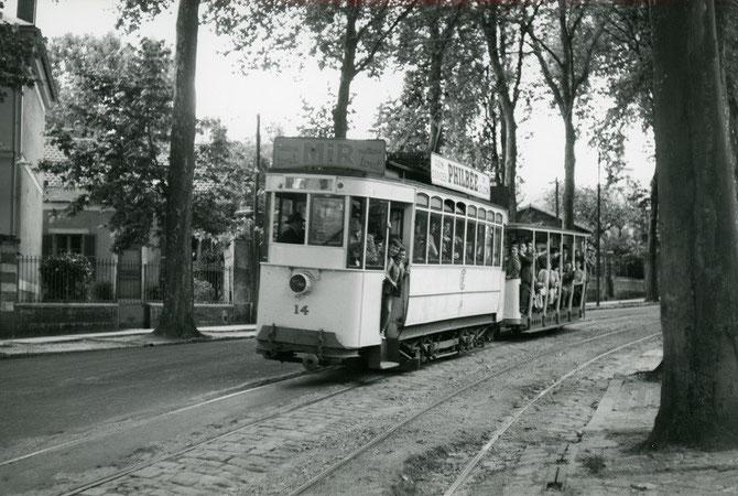 Motrice CIMT à truck Brill n°14 et remorque ouverte. Boulevard du Maréchal Leclerc (ex boulevard Gambetta). Cliché Jacques BAZIN, 19 juillet 1953.