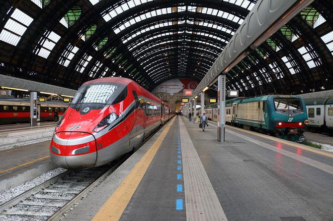 Rame Zefiro en gare de Milano-Centrale, à l'arrivée d'un train Frecciarossa 1 000 en provenance de Rome.