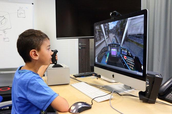 Démonstration de conduite au simulateur avec le jeune Yannis, qui doit ici résoudre une panne afin de pouvoir repartir. Cliché Pierre BAZIN