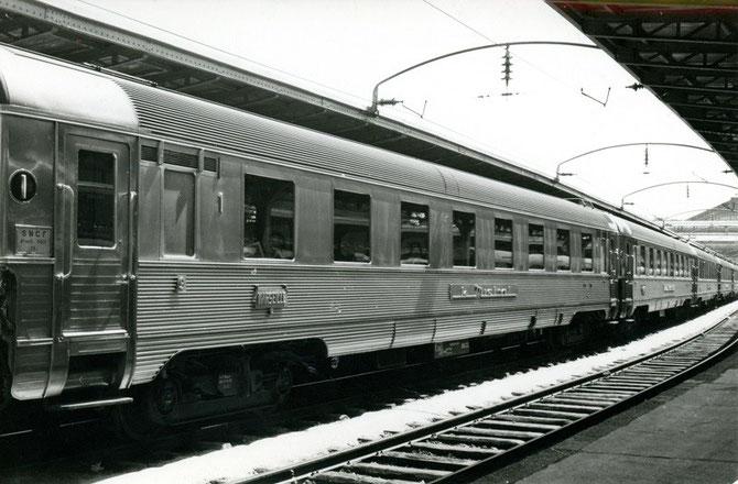 Voitures Inox du Mistral avec plaque distinctive en gare de Paris-Est, le 24 juillet 1962. Cliché Jacques BAZIN.