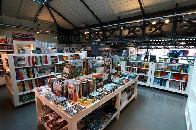 La boutique du musée propose à la vente une impressionnante collection d'ouvrages consacrés aux transports publics. Photo Pierre BAZIN