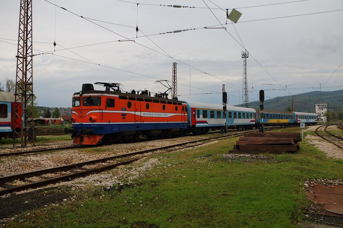 Arrivée en gare de Doboj du train international B397 Zagreb - Sarajevo tracté par la 441-806