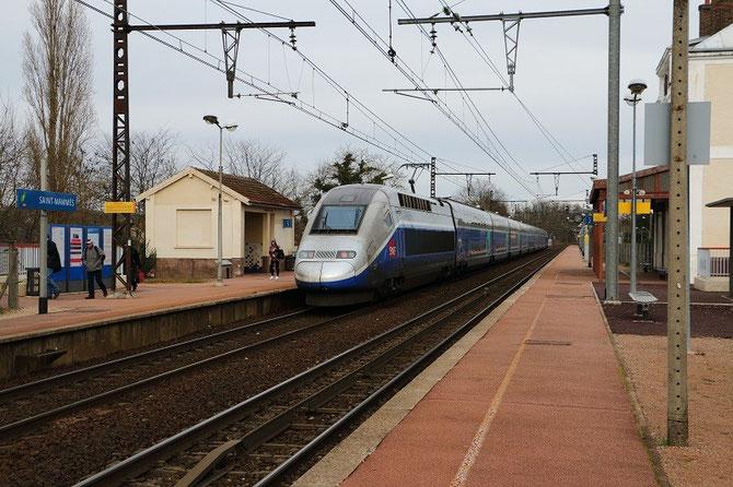 Saint-Mammès. 12 février 2014. La rame TGV Duplex 731 marque l'arrêt avec le TER 891009 Paris-Gare-de-Lyon - Laroche-Migennes. Cliché Pierre BAZIN