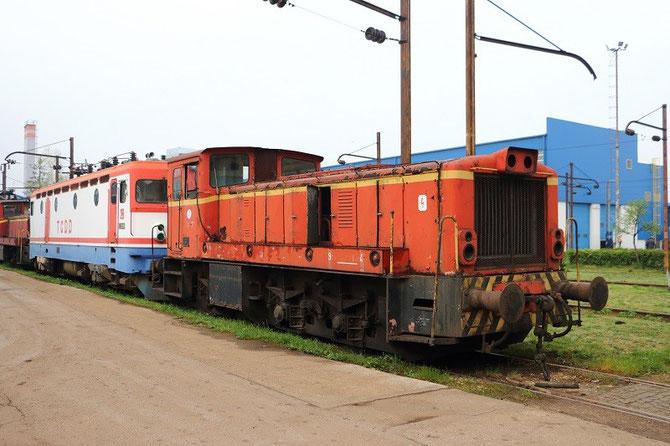 diesel 732 et locomotive 441 en livrée chemins de fer turcs TCDD aux ateliers de Sarajevo-Rajlovac