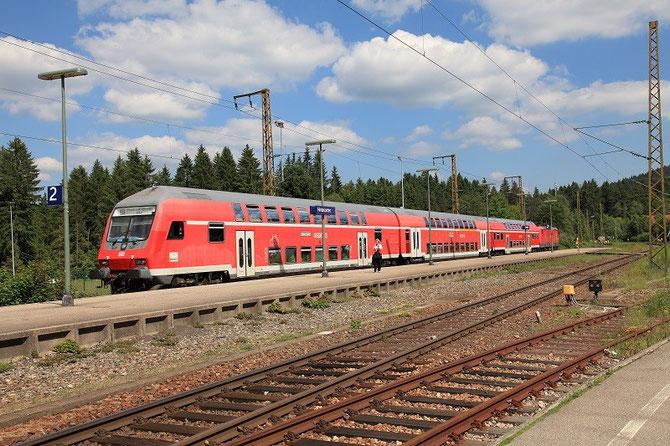 Poussée par la locomotive 143-810, cette rame de voitures à deux niveaux marque l'arrêt en gare d'Hinterzarten et assure le train RB 31604 Seebrugg - Freiburg-im-Breisgau. Cliché Pierre BAZIN