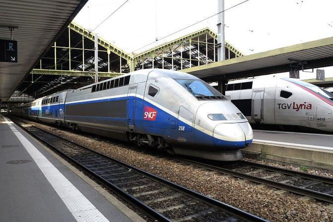 Paris-Gare-de-Lyon. 10 février 2014. Sur la voie J, la rame TGV-Duplex 258 attend l'heure du départ avec le TER 891009 à destination de Laroche-Migennes. Cliché Pierre BAZIN