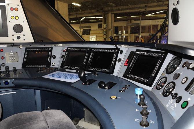 La cabine de conduite du Régiolis, dont l'aménagement correspond aux normes européennes en vigueur. Cliché Pierre BAZIN