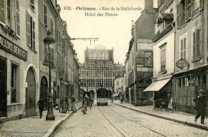 Tramway de la ligne B rue de la Hallebarde, près de la place du Martroi, à nouveau emruntée depuis novembre 2000 par la ligne A du réseau actuel.