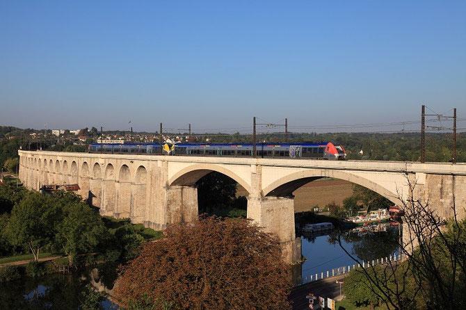 Deux rames bimode B 81500 de la région Bourgogne traversent le viaduc de Saint-Mammès. Train 891153 Paris-Bercy Clamecy/Avallon. Cliché Pierre BAZIN. 3 septembre 2010