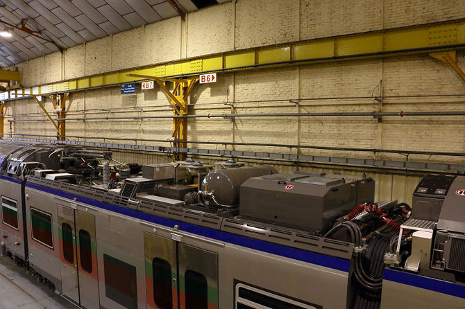 Comme le montre cette photo prise à l'usine Bombardier de Crespin, les équipements techniques et électriques sont installés en toiture des voitures à un niveau.