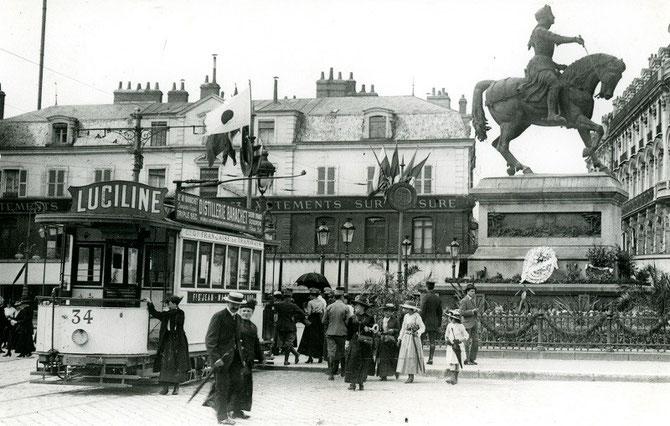 Tramway sur la place du Martroi en 1917. Cliché France Reportage