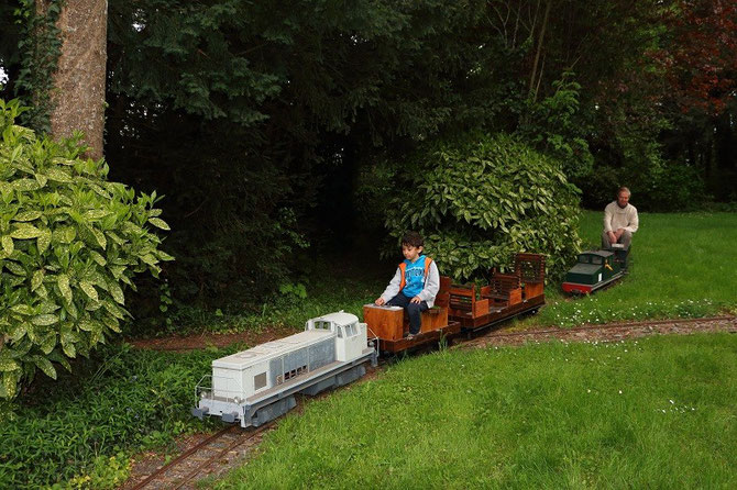 En avril 2014, Yannis conduit la BB 63000 et croise la ligne à voie de 60 cm, suivi de près par le propriétaire des lieux, Pierre Laederich.