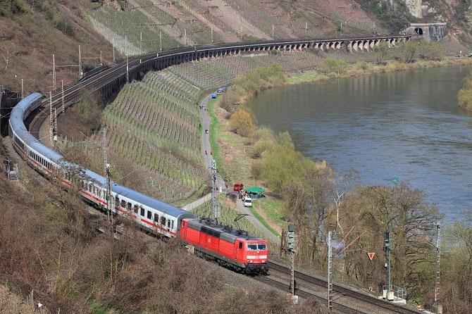 Le 5 avril 2010, la locomotive 181-222 vient de traverser le viaduc de Pünderich. Longeant la Moselle, elle se dirige vers Luxembourg avec le train IC 334. Cliché Pierre BAZIN