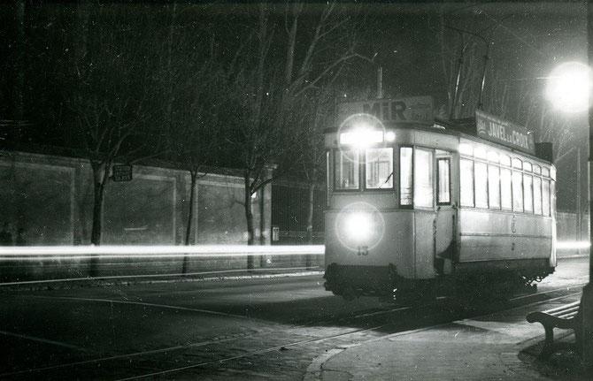 Place Denecourt le 31 décembre 1953. Le long du mur d'enceinte du château, la motrice 13 attend l'heure de son ultime départ vers la gare de Fontainebleau. Cliché Jacques BAZIN