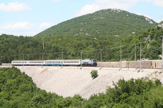 Train Rijeka - Zagreb arrivant en gare de Meja