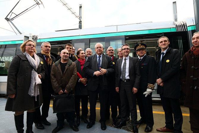 Elus et officiels devant la rame inaugurale du T8. Villetaneuse. 16 décembre 2014
