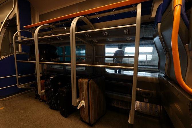 """Les automotrices """"Jazz"""" du Leonardo Express"""" possèdent de larges casiers pour les bagages. Cliché Pierre BAZIN"""