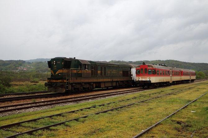 A Petrovo-Novo, dépassement de la 661-305 ŽFBH par l'autorail 814-043 (ex-Slovénie) ŽRS, qui assure le train régional 6604 Tuzla - Doboj. Photo Pierre BAZIN