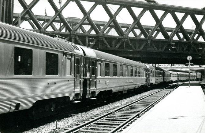 Les voitures inox du Mistral quittent la gare de Paris-Est pour un long périple vers Nice et passent sous le pont de la rue Lafayette. Cliché Jacques BAZIN. 24 juillet 1962.