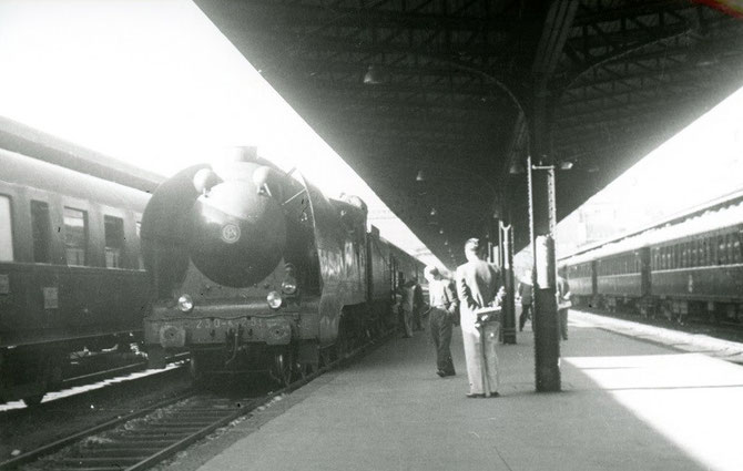 Paris-Est 1950. Locomotive 230 K. Train sur pneus